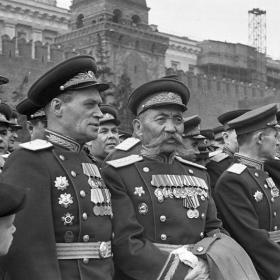 Генерал-полковник О.И. Городовиков на трибуне во время первомайского парада на Красной площади. Москва, 1 мая 1946 г. Автор Доренский. РГАКФД. № 0-149596