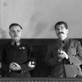 И.В. Сталин, К.Е. Ворошилов в президиуме Всесоюзного совещания трактористов в Кремлевском дворце. Москва, 1935 г. Автор не установлен. РГАКФД. № 0-9437