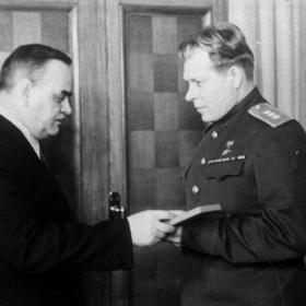 Н.М. Шверник вручает правительственную награду Д.Ф. Устинову. Москва, 1960-е гг. Автор нет установлен. РГАКФД. № 0-275726